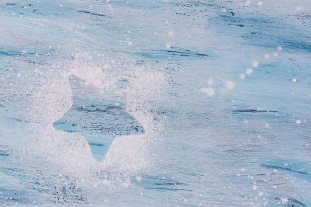 Weihnachtsblauer hintergrund mit weißen spritzern. puderzucker stern. hintergrund für design