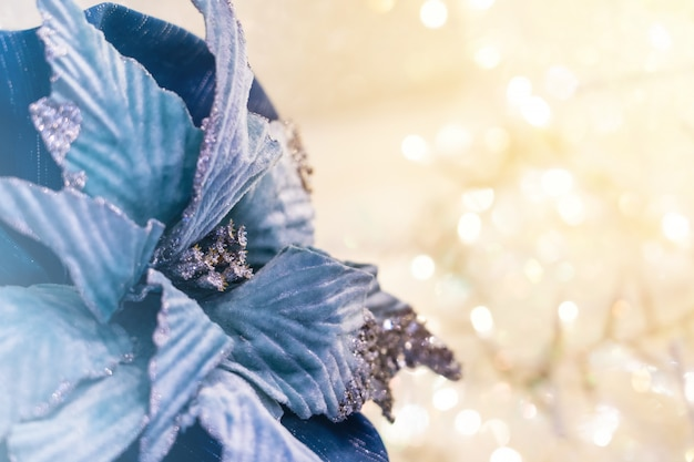 Weihnachtsblaues blumenband mit bokeh