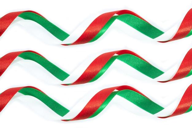 Weihnachtsbogen rot, grün und weiß auf weißem hintergrund.