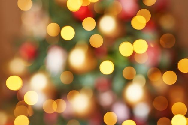 Weihnachtsbokeh girlanden der roten, gelben und grünen farbe