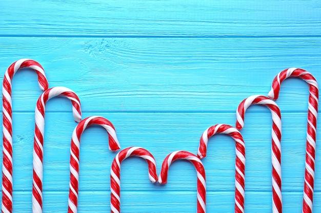 Weihnachtsbonbons auf blauem hölzernem hintergrund