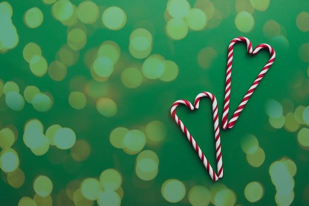 Weihnachtsbonbons auf grünem hintergrund roter weißer lutscher
