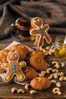 Weihnachtsbonbons, die lebkuchenplätzchen auf teller backen. dekoriert für weihnachten lebkuchenplätzchen, weihnachtsbeulen. weihnachtsplätzchen-lebkuchen auf holztisch. neujahrsessen.