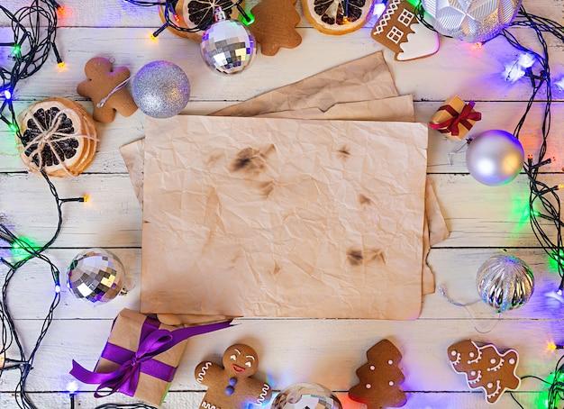 Weihnachtsbonbons, ingwerplätzchen auf hölzernem hintergrund