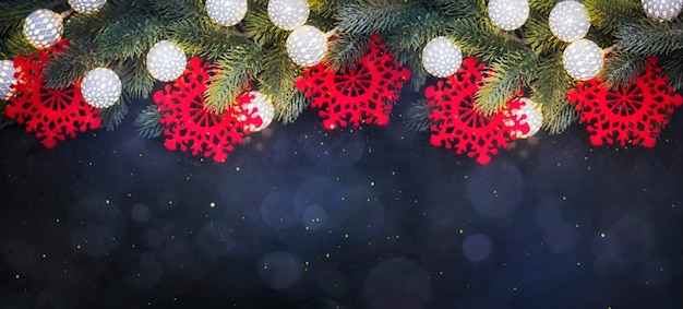 Weihnachtsbordüre mit hängender girlande aus tannenzweigen
