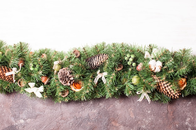 Weihnachtsbordüre mit orangen- und baumwollblumen