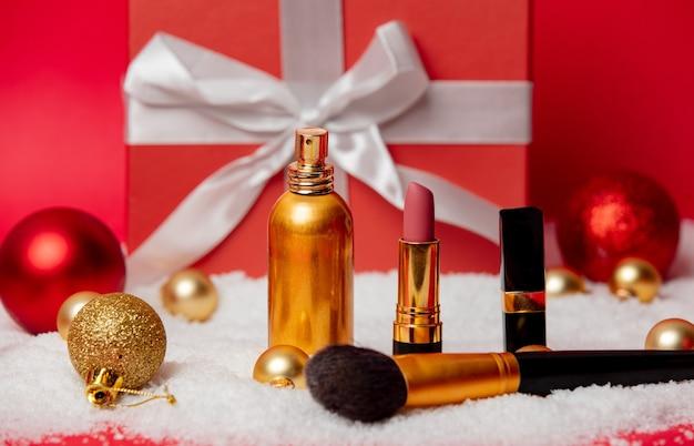 Weihnachtsbox mit kosmetik und schnee