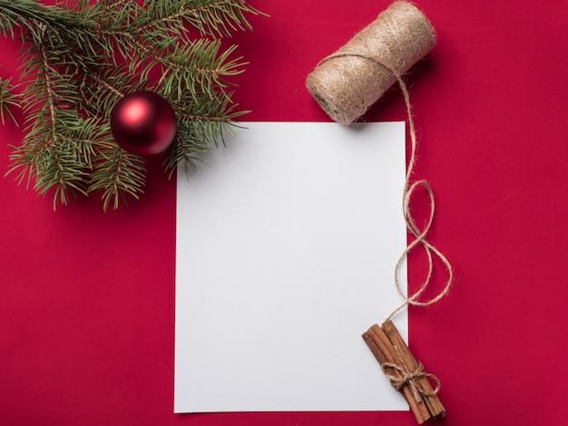 Weihnachtsbrief auf rotem grund.