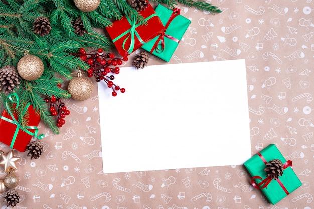Weihnachtsbrief. leere wunschliste für den weihnachtsmann. weihnachtsgrußkarte. geschenk, postkarte, zapfen, tannenzweige auf kunstdruckpapier.