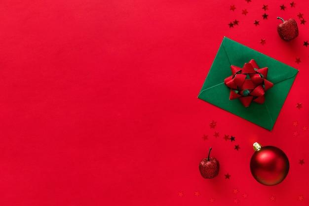 Weihnachtsbrief mit grußkarte und glückwünschen, weihnachtsbaumzweigen, kugeln, glitzer