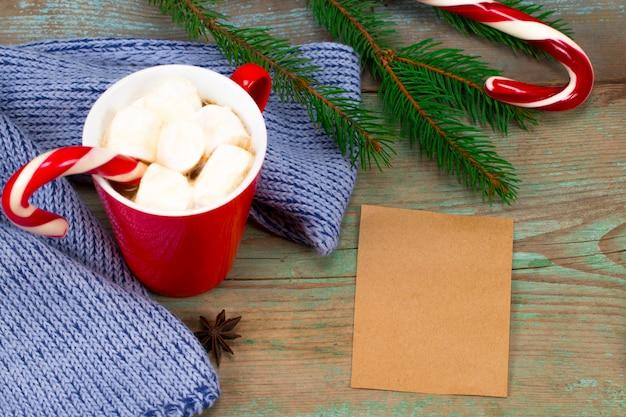 Weihnachtsbriefschreiben auf papier auf hölzernem hintergrund mit dekorationen. Premium Fotos