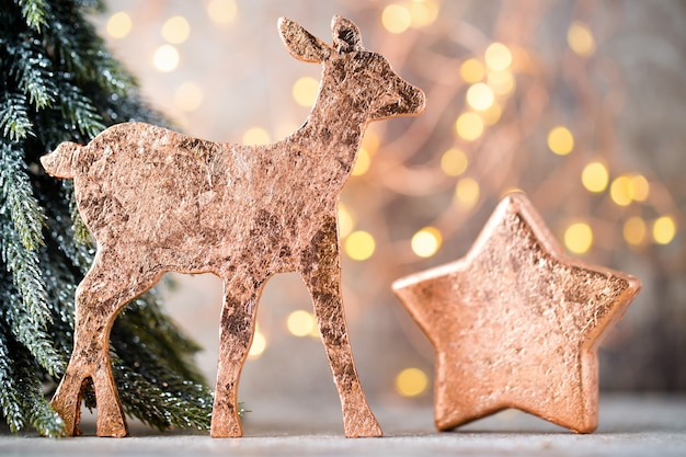 Weihnachtsbronze dekoration. feiertagsdekorationen bronze auf bokeh hintergrund