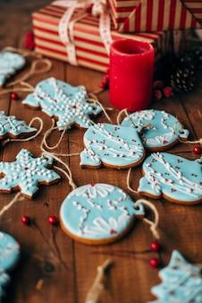 Weihnachtsbunte lebkuchenplätzchen