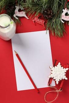 Weihnachtscheckliste oder leerer leerer brief für den weihnachtsmann mit lebkuchen und einer flasche milch auf rot. leckerei für den weihnachtsmann.