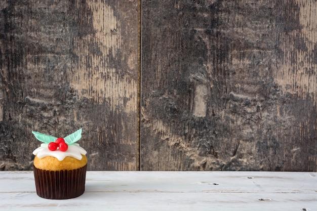 Weihnachtscupcake auf weißem holztisch tisch