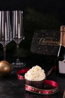 Weihnachtscupcake mit vanillecreme und champagner am silvesterabend