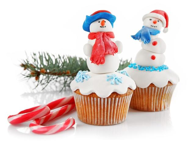 Weihnachtscupcakes isoliert auf weiss