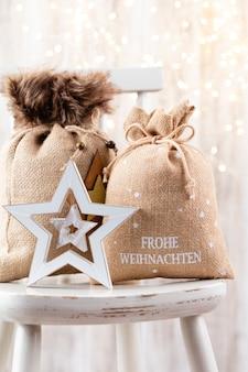 Weihnachtsdekor auf bokeh-hintergrund.