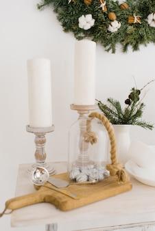 Weihnachtsdekor im esszimmer auf dem tisch mit kerzen