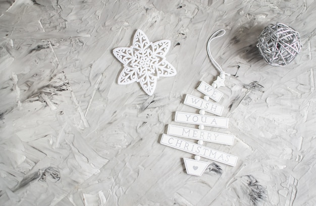 Weihnachtsdekor-neues jahr-partei-weinlese spielt weiße stern-tannen-baumast-draufsicht