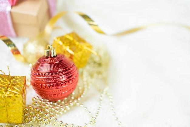 Weihnachtsdekor spielzeug spielzeug ornament nahaufnahme mit geschenken für das neue jahr und weihnachten