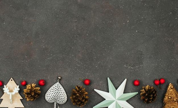 Weihnachtsdekor, zapfen und rote kleine äpfel