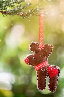 Weihnachtsdekoration am baum mit schnee im winter