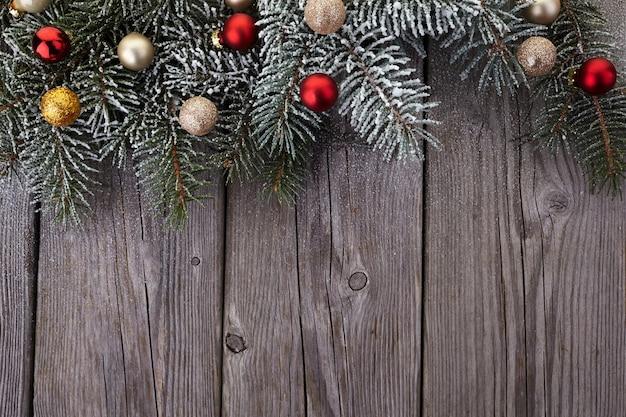 Weihnachtsdekoration auf altem schmutzholzbrett. draufsicht