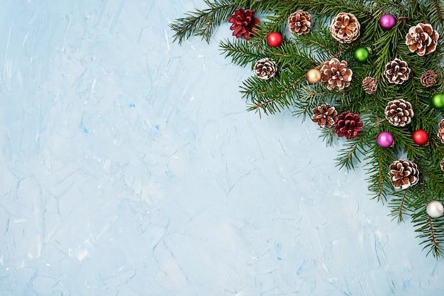 Weihnachtsdekoration auf blau.