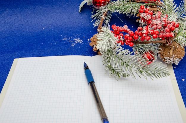 Weihnachtsdekoration auf blauem hintergrund. brief für den weihnachtsmann, draufsicht und platz für text