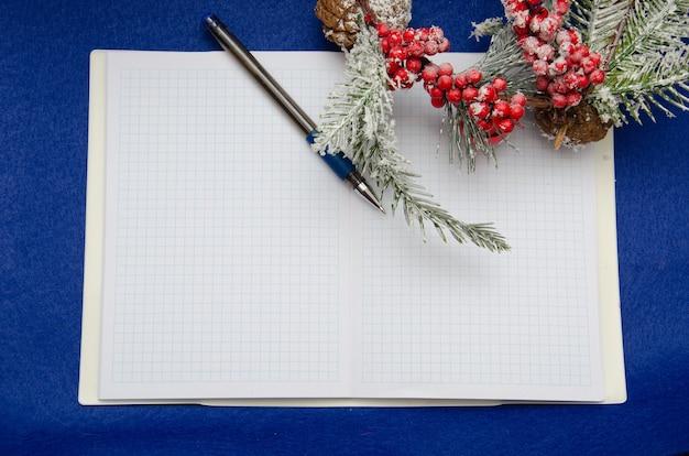 Weihnachtsdekoration auf blauem hintergrund. konzeptbrief für den weihnachtsmann, draufsicht und platz für text