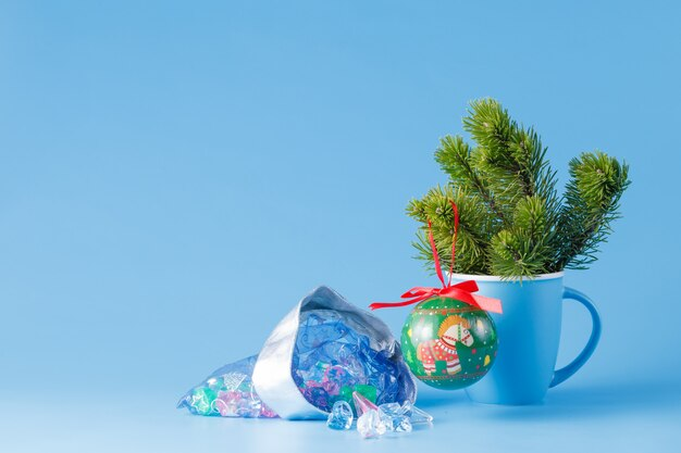 Weihnachtsdekoration auf blauem hintergrund