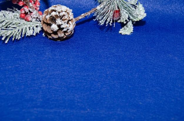 Weihnachtsdekoration auf blauem hintergrundbuchstaben für weihnachtsmann-draufsicht und platz für text