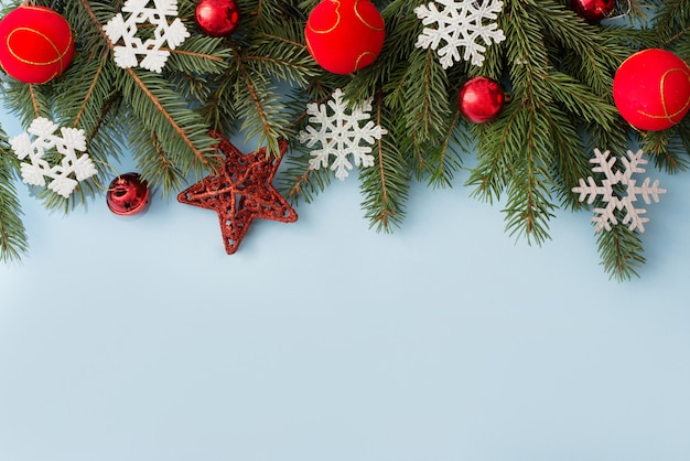 Weihnachtsdekoration auf blauem hölzernem, copycopyspace
