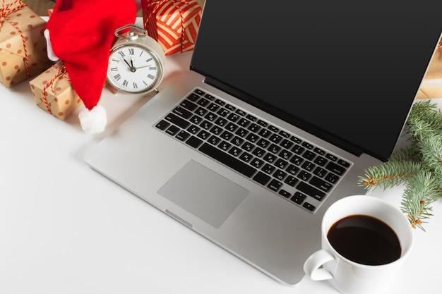 Weihnachtsdekoration auf büroarbeitsplatz