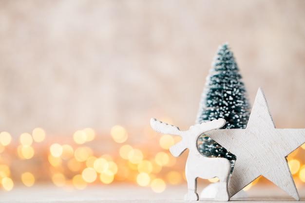 Weihnachtsdekoration auf dem abstrakten hintergrund.