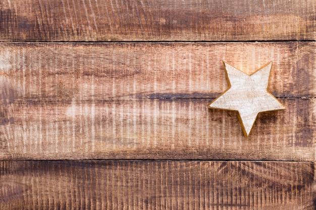 Weihnachtsdekoration auf dem alten weinleseholz