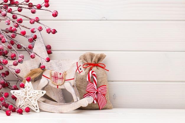 Weihnachtsdekoration auf dem hölzernen weißen hintergrund