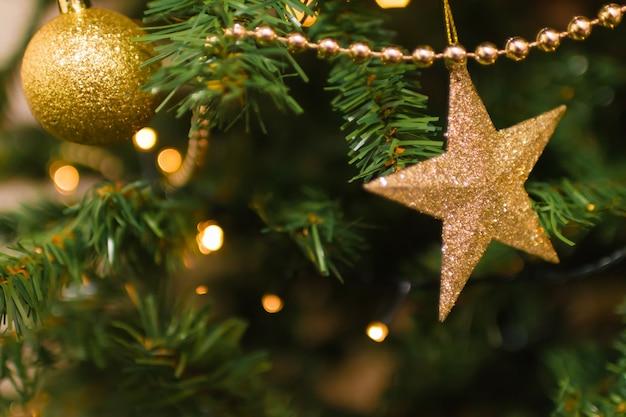 Weihnachtsdekoration auf einem baum