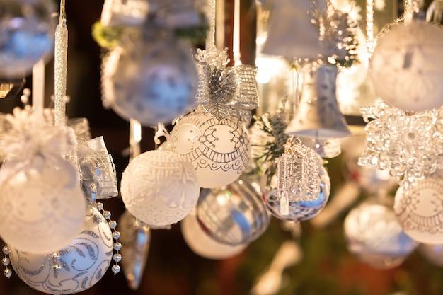 Weihnachtsdekoration auf einem europäischen markt