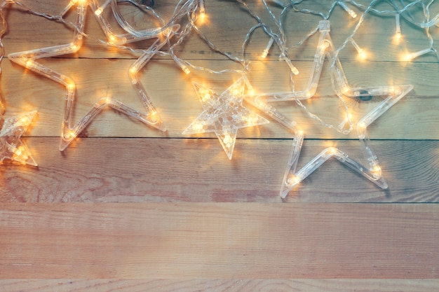 Weihnachtsdekoration auf einem hölzernen hintergrund kopieren sie platz