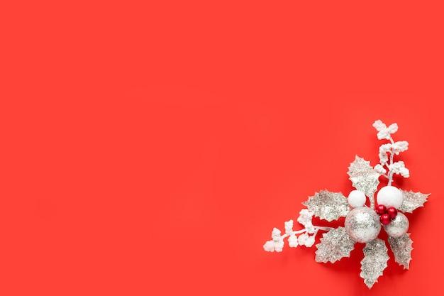 Weihnachtsdekoration auf einem roten hintergrund mit kopienraum