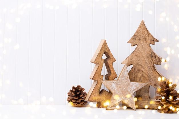 Weihnachtsdekoration auf einem weißen hölzernen hintergrund.