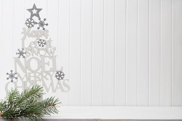Weihnachtsdekoration auf einem weißen hölzernen hintergrund