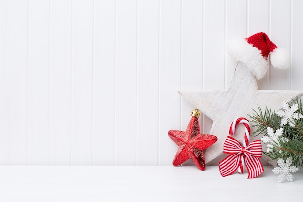 Weihnachtsdekoration auf einer weißen holzoberfläche.