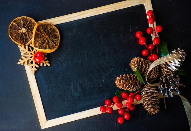 Weihnachtsdekoration auf feldhintergrund