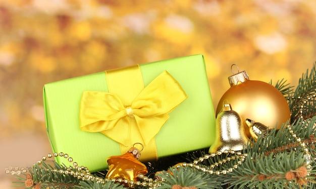 Weihnachtsdekoration auf gelbem hintergrund
