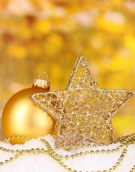 Weihnachtsdekoration auf gelbem raum