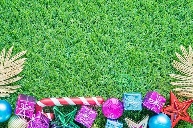 Weihnachtsdekoration auf grünem gras mit kopienraum