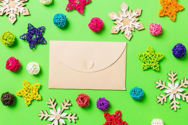 Weihnachtsdekoration auf grünem tisch